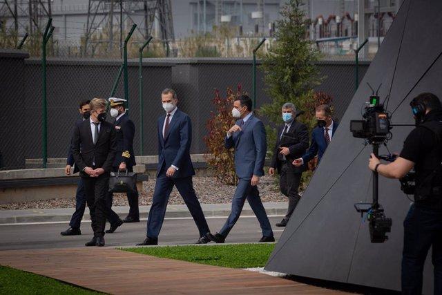 El Rey Felipe VI acompañado por el presidente del Gobierno, Pedro Sánchez pasean durante una visita a las instalaciones que SEAT tiene en Martorell al cumplirse 70 años de su creación. En Martorell, Barcelona, Catalunya (España), a 5 de marzo de 2021.