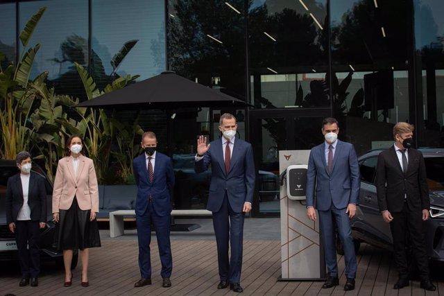El Rey Felipe VI (4i); acompañado por el presidente del Gobierno, Pedro Sánchez (5i); posan en una fotografía durante una visita a las instalaciones que el fabricante automovilístico SEAT tiene en Martorell con motivo de haberse cumplido 70 años de su cre