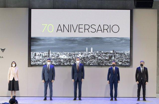 Archivo - De izq a der: Reyes Maroto, Pedro Sánchez, Felipe VI, Herbert Diess y Wayne Griffiths en la visita oficial a la planta de Seat en Martorell (Barcelona).
