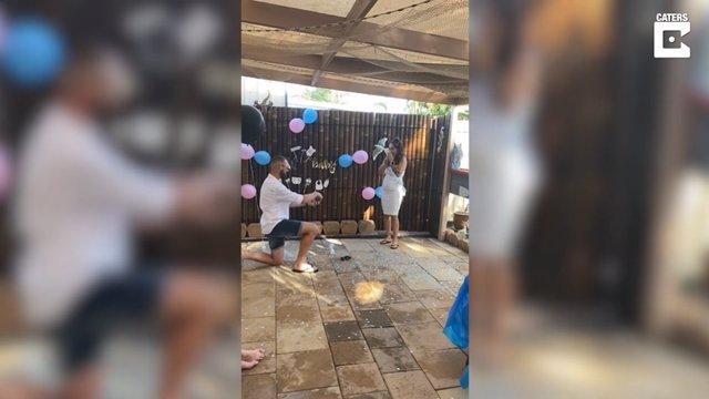Este hombre propone matrimonio a su novia en la fiesta de revelación del sexo de sus futuros bebés