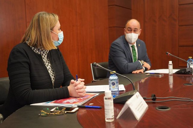 La consejera de Familia e Igualdad de Oportunidades, Isabel Blanco,  y el presidente de la Diputación de Segovia, Miguel Ángel de Vicente.