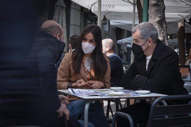 La vicealcaldesa de Madrid, Begoña Villacís y el coordinador autonómico de Ciudadanos (Cs) en La Comunitat Valenciana, Toni Cantó (d) durante su visita programada para reunirse con representantes del sector hostelero valenciano