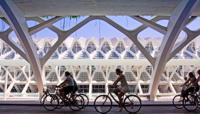 Archivo - Turistas en València