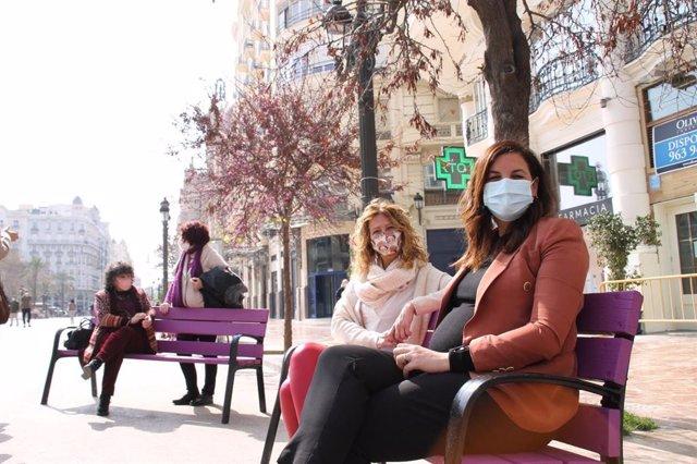 Nuevos bancos en la plaza del Ayuntamiento