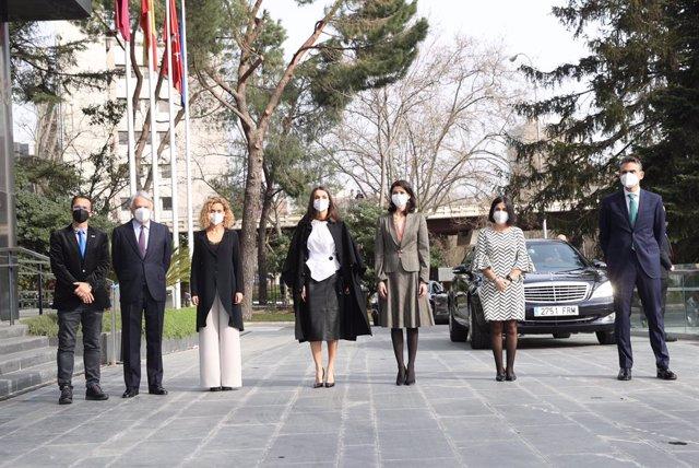 La Presidenta del Congreso, Meritxell Batet (3i), la Reina Letizia (c) y la Ministra de Sanidad, Carolina Darias (3d), posan a su llegada al acto oficial por el Día Mundial de las Enfermedades Raras, en Madrid (España), a 05 de marzo de 2021.