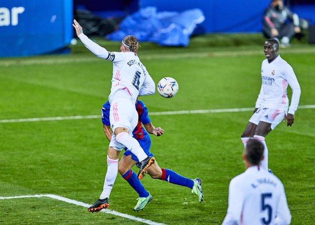 Archivo - Sergio Ramos golpea el balón con el brazo en un partido del Real Madrid