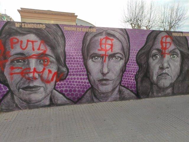 Pintadas en el mural de la igualdad situado junto al Instituto Ausiàs March en Gandia (Valencia).
