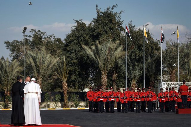 05 March 2021, Iraq, Baghdad: Iraqi President Barham Saleh welcomes Pope Francis with an honour guard at Baghdad's Presidential Palace. Pope Francis arrived in Iraq on Friday for the first ever papal visit to the Middle Eastern country, a place where the