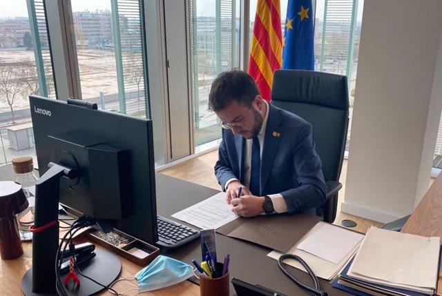 El vicepresident de la Generalitat en funcions, Pere Aragonès, signa el decret de convocatòria del ple de constitució del Parlament.