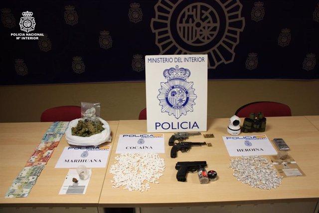 Efectos intervenidos por la Policía Nacional en un narcopiso en Ourense.