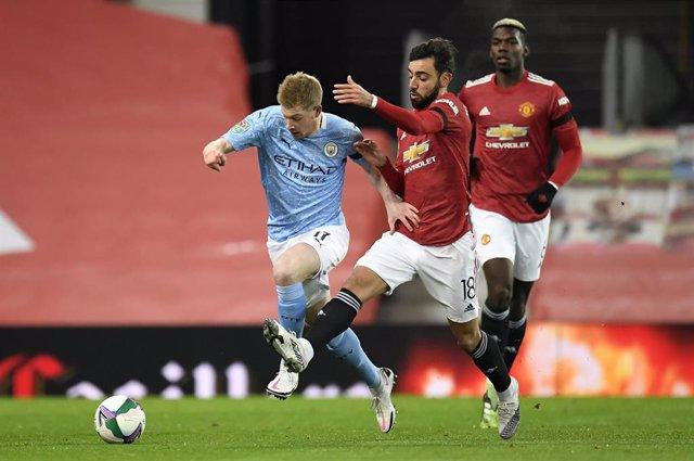 Archivo - Kevin De Bruyne y Bruno Fernandes en el Manchester United-Manchester City de la Carabao Cup