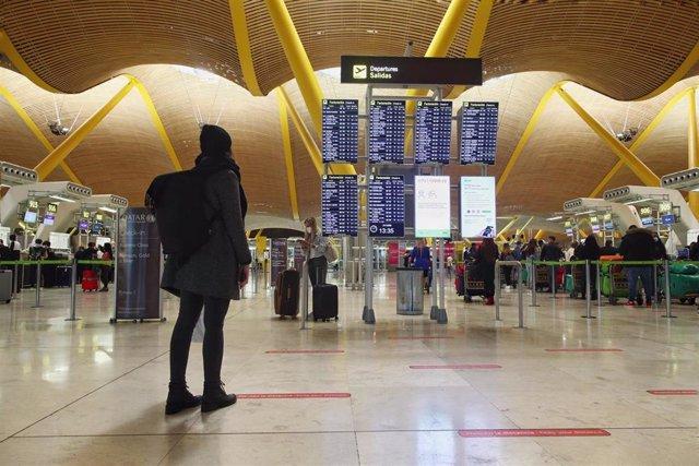 Archivo - Viajeros en la terminal T4 del Aeropuerto Adolfo Suárez Madrid-Barajas.
