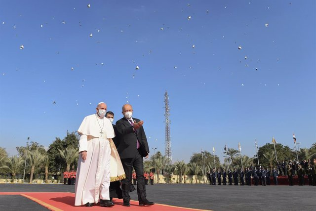 HANDOUT - 05 March 2021, Iraq, Baghdad: Iraqi President Barham Salih (R) welcomes Pope Francis at Baghdad's Presidential Palace. Pope Francis arrived in Iraq on Friday for the first ever papal visit to the Middle Eastern country, a place where the Christi