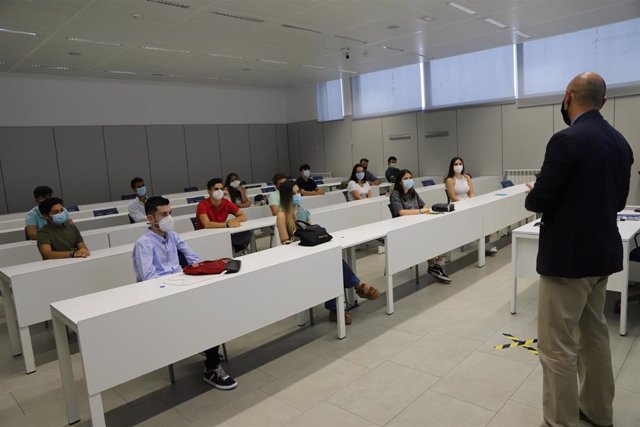 Alumnos de la Universidad Loyola Andalucía asisten a una clase presencial, en una imagen de archivo.