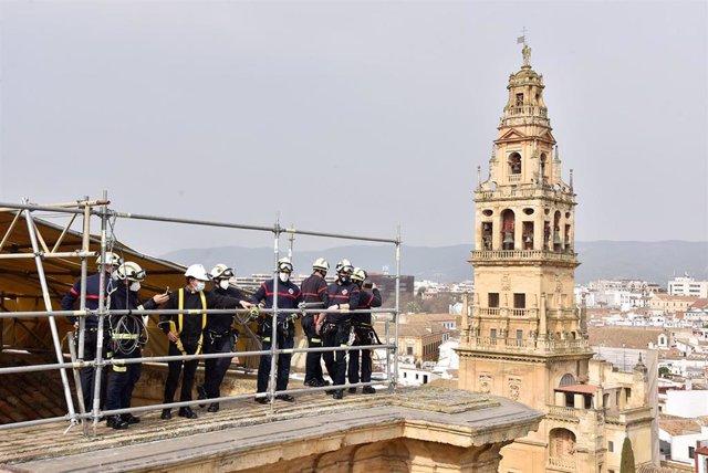 Archivo - Los bomberos, junto a uno de los canónigos, en su recorrido por las cubiertas de la Mezquita-Catedral de Córdoba.