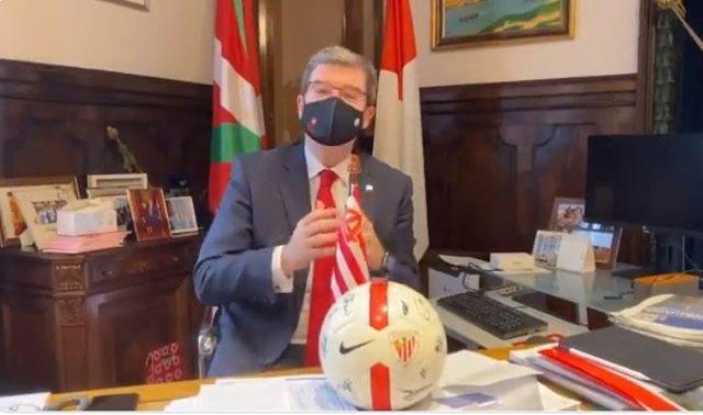 El alcalde de Bilbao, Juan Mari Aburto, manda un mensaje a los bilbaínos para que apoyen al Athletic.