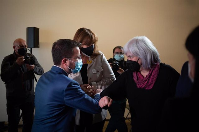 El vicepresidente en funciones de la Generalitat, Pere Aragonès, saluda a la candidata de la CUP, Dolors Sabater, ante la candidata de Junts, Laura Borràs, en una imagen de archivo.