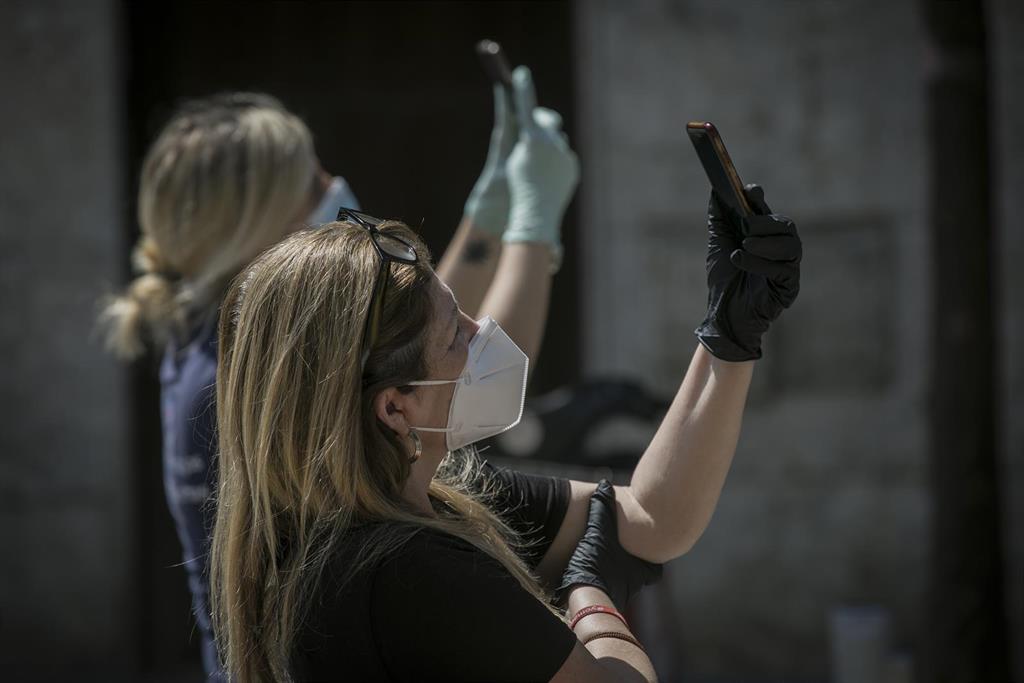 El 36% de los españoles desinfecta su móvil a diario para prevenir contagios
