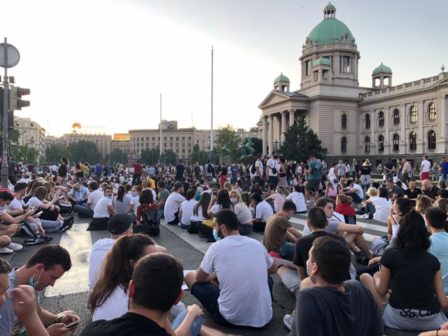 Archivo - 09 July 2020, Serbia, Belgrade: Demonstrators sit on the ground, despite a ban on public gatherings of more than 10 people, during a peaceful sit-in in front of the national parliament against Serbian President Aleksandar Vucic's coronavirus res