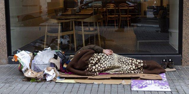 Archivo - Una persona en situación de sinhogarismo durmiendo en la calle