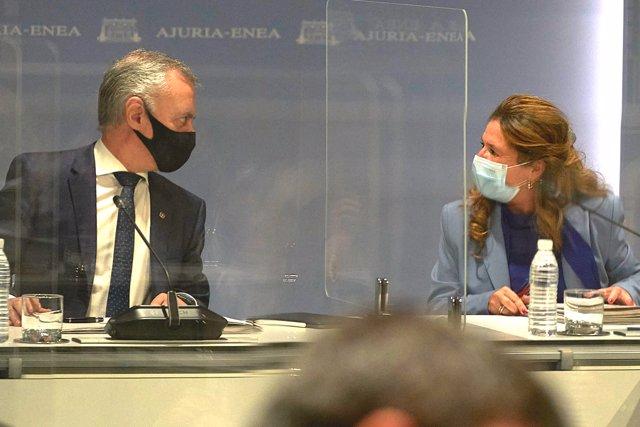 El lehendakari, Iñigo Urkullu y la consejera de salud Gotzone Sagardui durante la reunión del comité asesor del Plan de Protección Civil de Euskadi (LABI) e