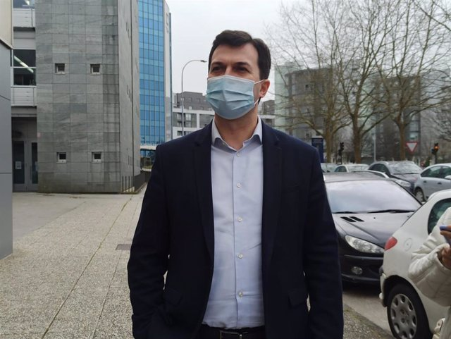 El secretario xeral del PSdeG, Gonzalo Caballero, atiende a los medios en Santiago de Compostela