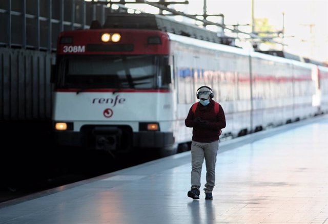 Archivo - Arxivo - Un home espera en una andana de l'estació Príncep Pío de Rodalies, a Madrid