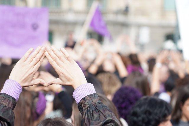 Participantes en la manifestación celebrada en el marco del Día Internacional de la Mujer levantan las manos en Bilbao (Vizcaya/País Vasco/España) a 8 de marzo de 2020.