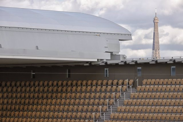 Archivo - Win of new roof top of Philippe Chatrier stadium pictured with the Eiffel tower in the background, empty seats because of limited places while Covid 19 during the Roland Garros 2020, Grand Slam tennis tournament, women single final, on October 9