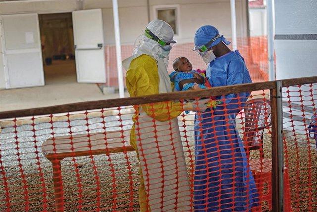 Archivo - Paciente de ébola en Guinea.