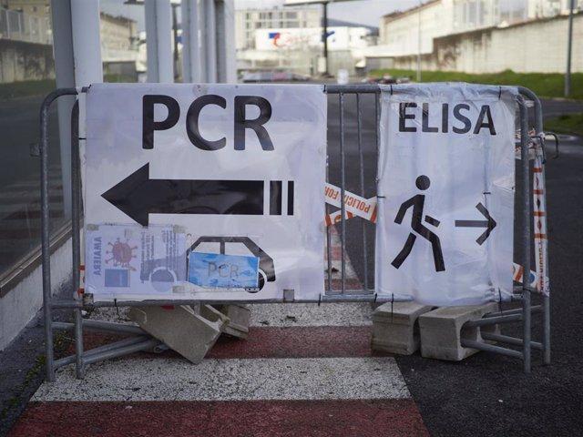 Archivo - Carteles informativos de las pruebas PCR y Elisa en Refena