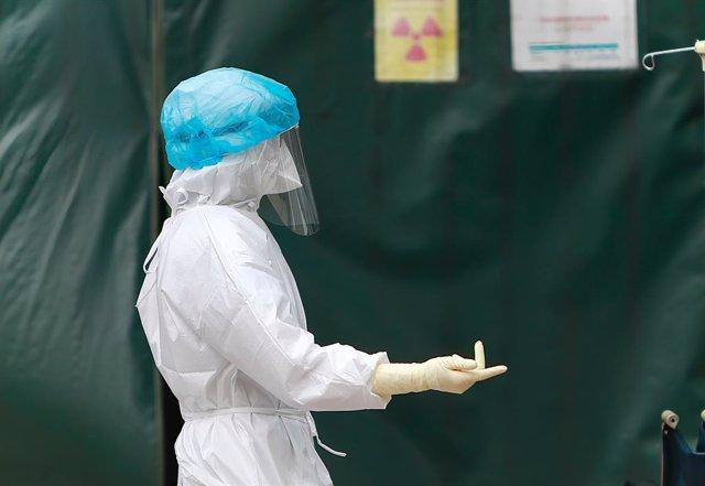Archivo - Un trabajador sanitario con protección para el coronavirus en el Hospital General de Taoyuan, en Taiwán