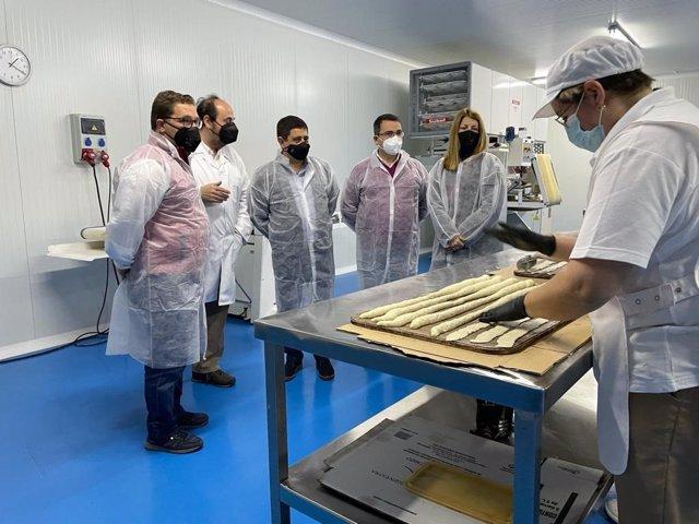 El presidente de la Diputación visita en Andújar la empresa Pan de Olivo, adherida a 'Degusta Jaén'.