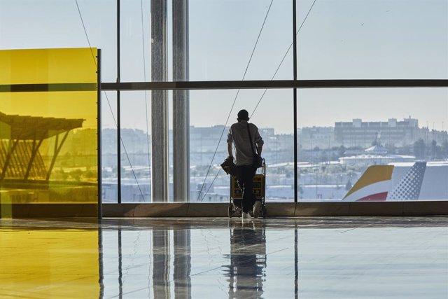 Archivo - Un pasajero camina por las instalaciones de la Terminal 4 del aeropuerto Madrid-Barajas Adolfo Suárez, en Madrid (España), a 12 de enero de 2021.