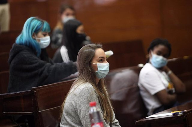 Archivo - Varios alumnos esperan a comenzar los exámenes de la EvAU en el aula de examen de la Facultad de Derecho de la Universidad Complutense, Ciudad Universitaria, en Madrid (España), a 8 de septiembre de 2020.