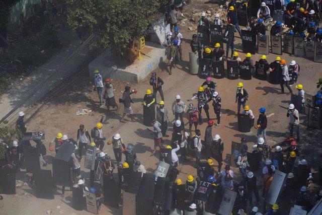Barricadas cerca de Rangún durante las protestas contra el golpe de Estado en Birmania