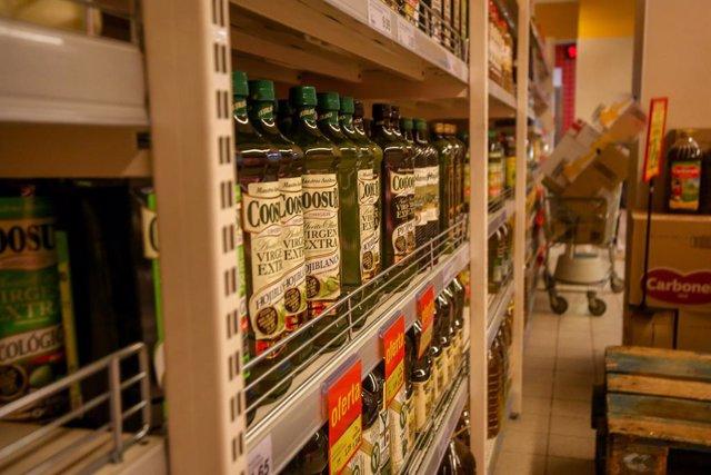 Archivo - Sección del aceite de oliva en un supermercado de Madrid (España), a 12 de enero de 2021. Los supermercados de la Comunidad de Madrid han abierto desde ayer en su mayoría con normalidad, con suministros suficiente y habituales, aunque con determ