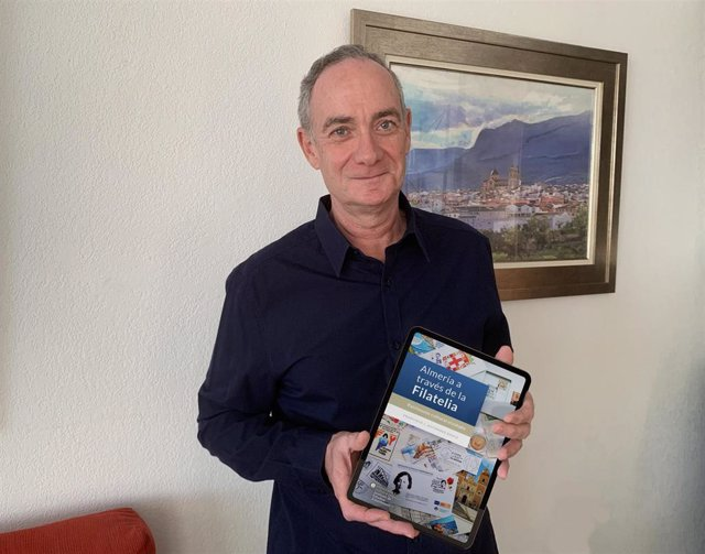 Francisco J. Gutiérrez Gómiz con su libro sobre filatelia en una tablet