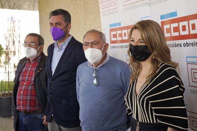 El sindicalista de Vigo y premiado, Ángel Cameselle; el secretario general de CCOO Galicia, Ramón Sarmiento; el sindicalista de Ourense y premiado, Xosé Gómez y la ministra de Trabajo y premiada
