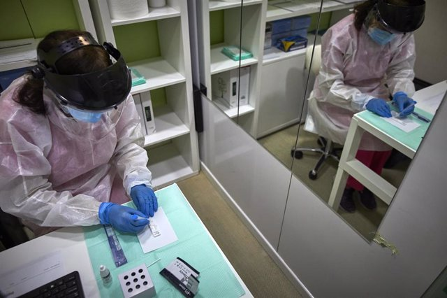 Una farmacéutica comprueba si la persona a la que le ha realizado el test de antígenos es positiva o negativa por Covid-19 en la Farmacia Las Gemelas en Madrid (España), a 11 de febrero de 2021.