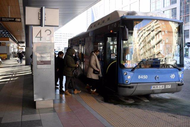 Archivo - Colas de gente esperando el autobús en Madrid