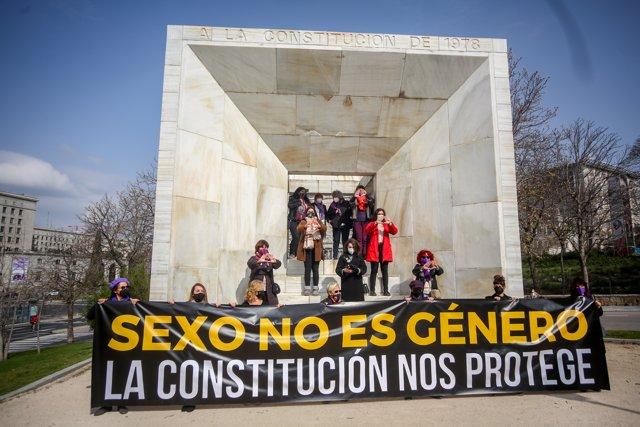 Concentración feminista junto al Monumento de la Constitución