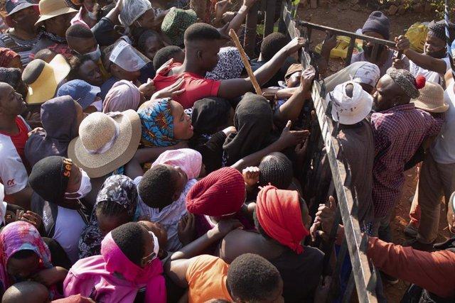 Archivo - Recogida de alimentos durante la pandemia de coronavirus en África