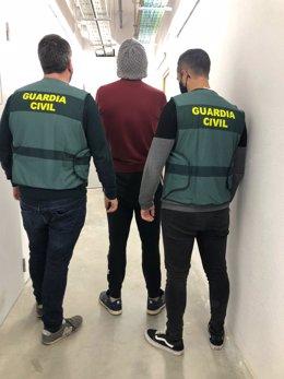 Dos agentes de la Guardia Civil con el detenido en Ibiza como presunto autor de robos en hoteles de Sant Antoni.