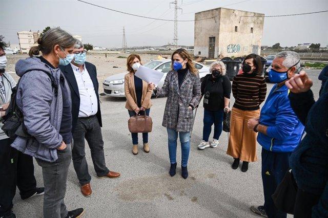 Vecinos del barrio de El Puche con, la delegada de la Junta de Andalucía en Almería, Maribel Sánchez Torregrosa.