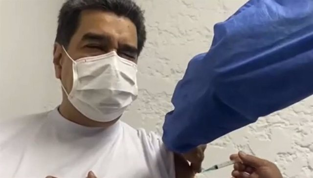 El presidente de Venezuela, Nicolás Maduro, recibe la vacuna rusa contra el Coronavirus