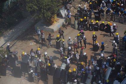 Birmània.- Una barricada generalitzada a Rangun domina un dia més de protestes a Birmània