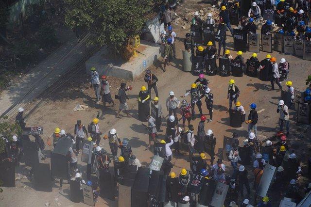 Barricades prop de Rangun durant les protestes contra el cop d'estat a Birmània