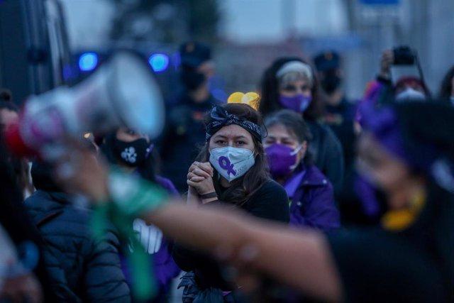Varias mujeres participan en una marcha y batukada feminista en el CIE de Aluche.