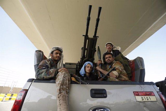 Archivo - Milicianos huthis junto al palacio presidencial en Saná